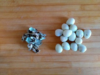 糖醋虎皮鹌鹑蛋,煮熟的鹌鹑蛋去皮