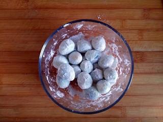 糖醋虎皮鹌鹑蛋,冲洗干净的鹌鹑蛋入事先备好的淀粉碗中裹满淀粉