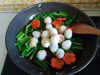 糖醋虎皮鹌鹑蛋,倒入鹌鹑蛋炒匀,使每个鹌鹑蛋都裹满酱汁即可出锅