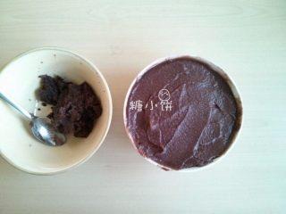 【斑纹豆沙莲蓉月饼】自制红豆沙+白莲蓉,全部过筛好的样子,图左碗里是最终剩下的没有筛过去的,图右是豆沙部分