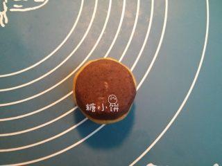 【斑纹豆沙莲蓉月饼】自制红豆沙+白莲蓉,金黄糖浆28G,植物油12G,枧水0.8G,中筋面粉40G拌匀即成饼皮面团。把饼皮面团分割成大约10G一个,取其中一个压扁,包入一个馅料。