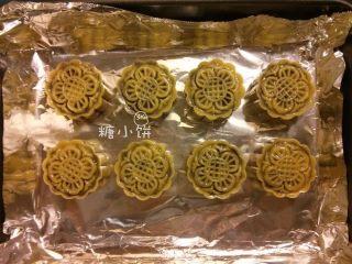 【斑纹豆沙莲蓉月饼】自制红豆沙+白莲蓉,用月饼模具压出花纹,排在铺好锡纸的烤盘上