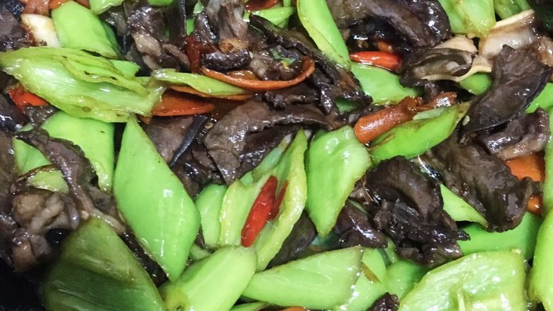 火爆猪心,喜欢青椒生一些的简单翻炒几下加些盐和鸡精即可出锅  反之喜欢软烂的可以加些温水稍微炖煮哦