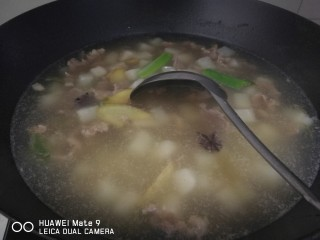 晚餐+牛肉萝卜汤,萝卜炖外层透明后,加入牛肉片,搅拌,开大火,煮开后,去血水。加盐,鸡精,喜欢耗油可以加一点。炖五到十分钟,炖好后关火。