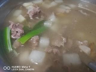 晚餐+牛肉萝卜汤,选用合适餐具盛出。菜品特点萝卜晶莹剔透,牛肉片吃起来像火锅肉片。