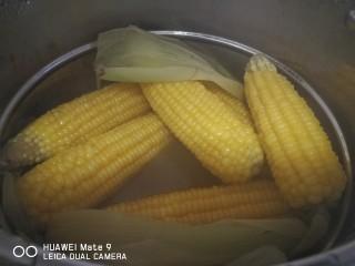 晚餐+牛肉萝卜汤,我配上了同时煮的玉米,苦瓜煎蛋还有培根肉片一起食用,管饱。