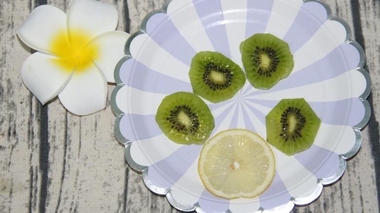 奇异果酸奶昔,切成四片薄片,柠檬切一片,待用