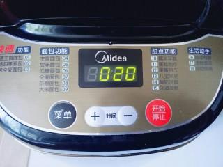原味吐司,启动面包机,自动揉面20分钟。