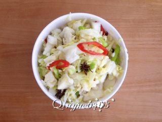 早餐+圆白菜腌菜,搅匀放瓷坛或玻璃器皿里,室温或冰箱冷藏腌制