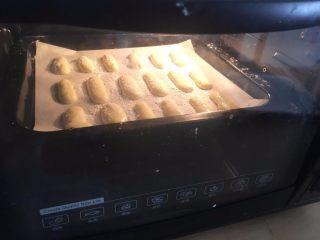 手指饼干,放入预热好的烤箱中层 上下火150度烤10分钟左右  TIPS3:每个烤箱温度存在差异 一定根据自己的烤箱来定时间与温度;