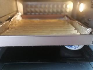 海苔肉松面包卷,放入烤箱进行二次发酵,大约需要40分钟左右。底下放一碗热开水。