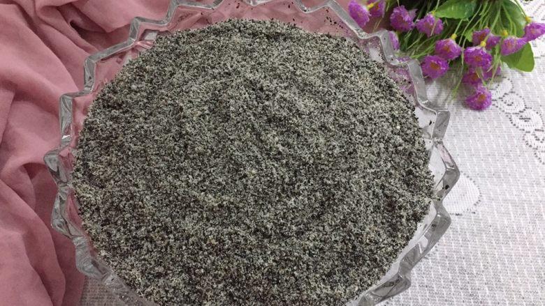 黑芝麻糊,搅拌均匀,然后过筛一下会更细腻哦。