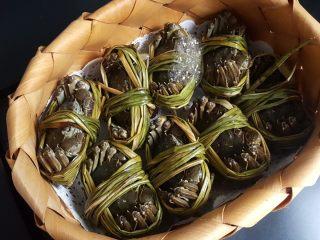 清蒸大闸蟹,2.如果改天吃的话,放在可透气的草篮中,放入冰箱冷藏。(这是个临时保鲜的办法,还是要尽快使用哦)