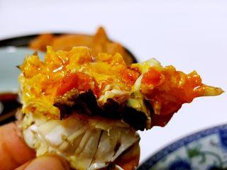清蒸大闸蟹,18.蘸上酱料,看满满的蟹黄和蟹油,我不拍照片了,我等不急要把它吃掉。