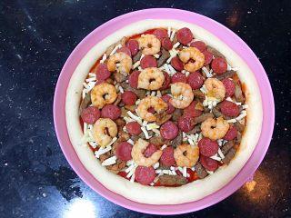超好吃的肉多多披萨🍕,放入鸡柳再撒一层马苏里拉芝士,再铺一层牛柳如此循环
