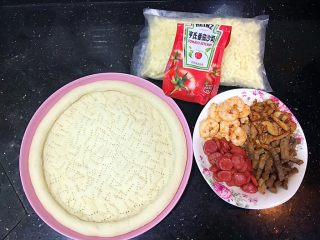 超好吃的肉多多披萨🍕,肉类分别炒熟,准备马苏里拉芝士和番茄酱