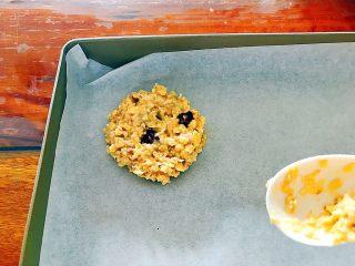 早餐+健康饮食之低脂无油无糖坚果燕麦饼,用勺子辅助,把燕麦糊摊成小圆饼,不易太厚,否则很难熟透,0.5㎝厚就可以了!