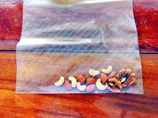 早餐+健康饮食之低脂无油无糖坚果燕麦饼,把其中的大粒果仁挑出来,放入干净的,厚一点的保鲜袋!