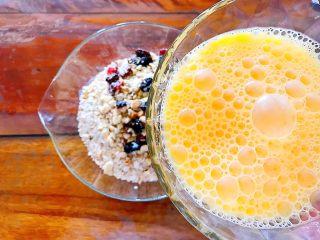 早餐+健康饮食之低脂无油无糖坚果燕麦饼,再倒入打散的鸡蛋液!