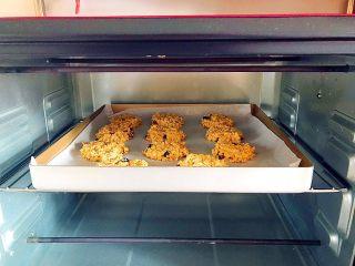 早餐+健康饮食之低脂无油无糖坚果燕麦饼,烤箱175度预热5分钟 ! 上下火,中层烤25-30分钟! 想要脆一些可以烤好之后再焖5-10分钟! 每台烤箱的温度都不一样,所以请根据自家烤箱火力不同自行调节时间!