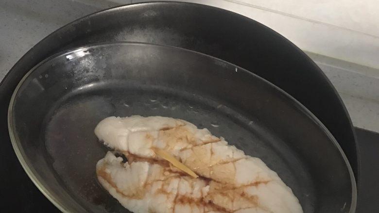 清蒸龙利鱼,鱼蒸到5分熟时候放一点点鱼豉汁