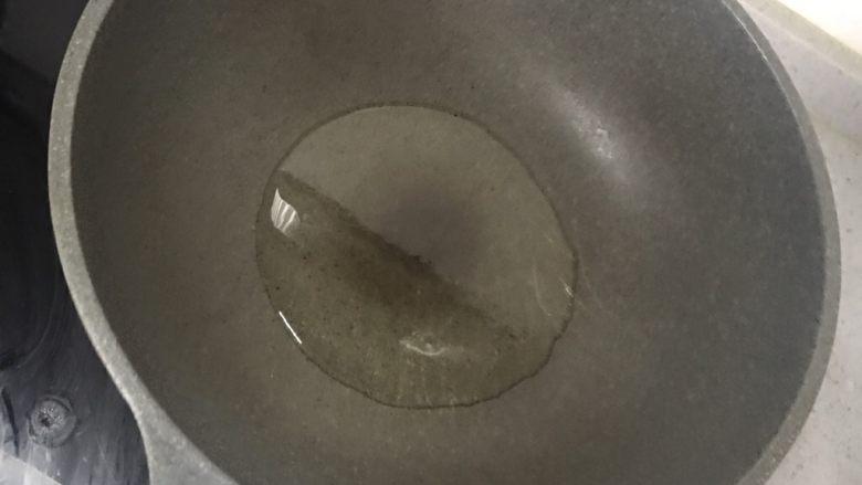 清蒸龙利鱼,这时候另一个锅开火放入油烧开