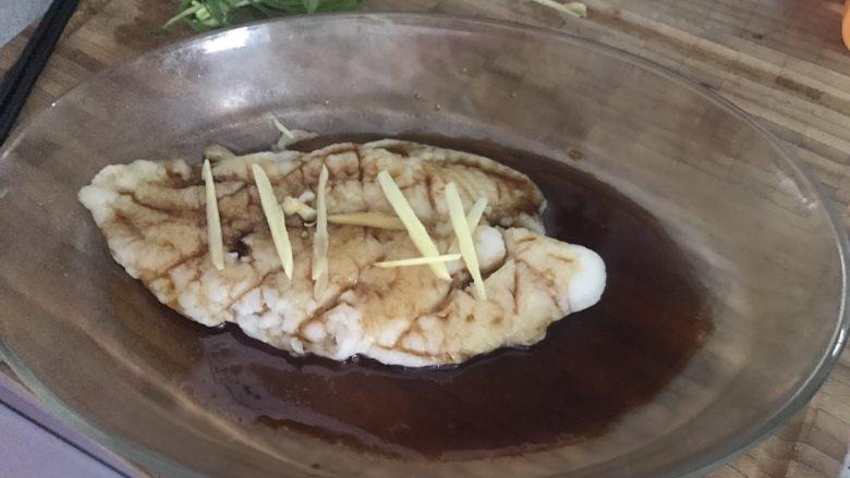 清蒸龙利鱼,蒸熟以后里可以整个鱼面都浇入在上面,然后放入姜丝