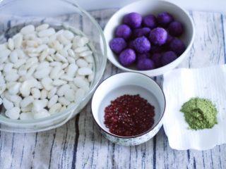 高颜值低热量,豆子变月饼,白芸豆,红豆提前泡一夜,紫薯提前蒸好碾成泥。