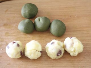 高颜值低热量,豆子变月饼,奶黄馅加入之前做好的蜜豆揉成大小一致的馅料球,想要月饼皮薄一点就把计量揪的比馅料少一点。