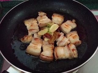 糖醋五花肉,煸至两面焦黄,重新倒入调料和少许温水,加盖小火煮5~8分钟左右