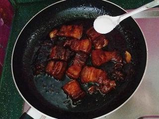 糖醋五花肉,滚开转小火、炖至五花肉熟烂时转大火收汁,加食盐调味