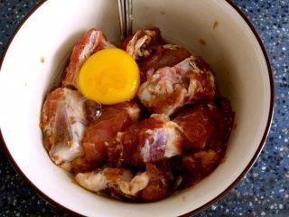 香酥排骨,打入1个鸡蛋。