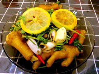 秘制拌凤爪,就这么放着腌制,时间越长越入味。