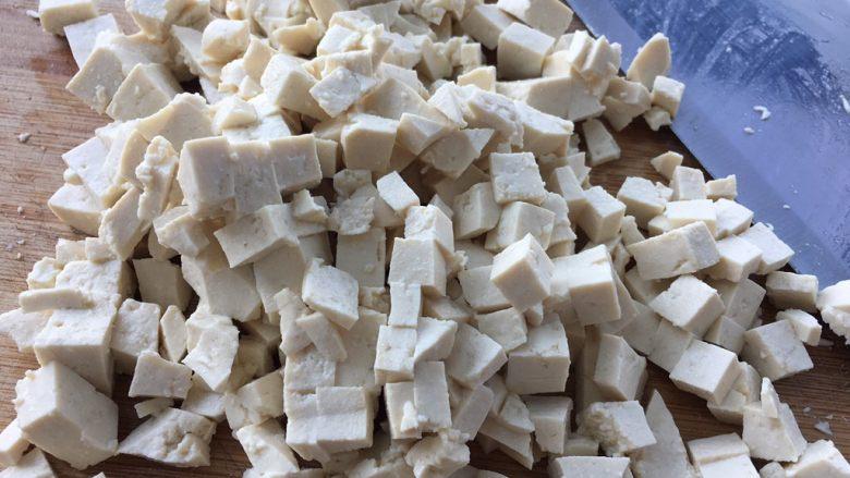 松软好吃的包子(附完整馅料制作方子),趁着发酵的时间制作馅料,豆腐切成小丁