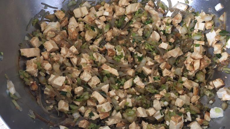 松软好吃的包子(附完整馅料制作方子),加入各种调味,花生油、盐、味精、生抽,喜欢辣的可以放辣椒酱