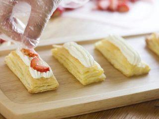 美味好吃的拿破侖,加入水果,可以提升顏值和口感的層次。因為兩層酥皮中間放不規則水果,可能會出現倒塌的情況,所以我會比較建議將草莓(水果)切成比較碎的顆粒狀,也可以擺的比較平整。