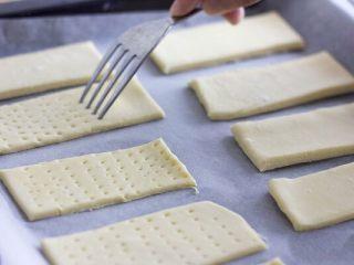 美味好吃的拿破侖,面皮切好后,用叉子在面皮上叉孔孔,以防止酥皮起泡變形。