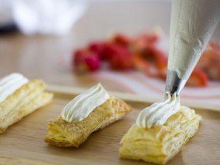 美味好吃的拿破侖,淡奶油:糖=10:1的比例打發至硬性即可裱花。