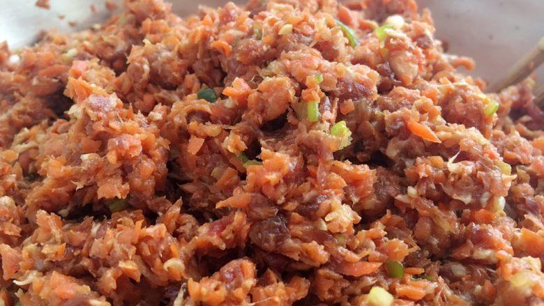 胡萝卜大葱猪肉饺子,拌均匀;