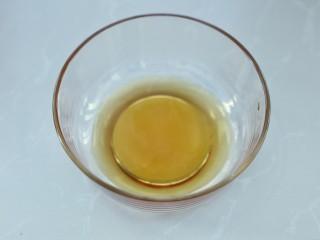 广式蛋黄莲蓉月饼,容器内倒入转化糖浆和枧水
