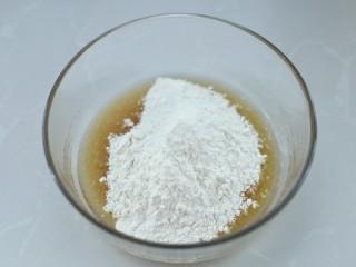 广式蛋黄莲蓉月饼,先加入一半的面粉
