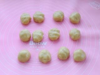 广式蛋黄莲蓉月饼,将静置好的面团分成20克一个的小面团
