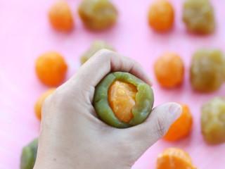 广式蛋黄莲蓉月饼,用虎口将莲蓉馅慢慢推上来,包裹住蛋黄