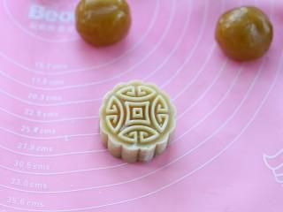 广式蛋黄莲蓉月饼,取下模具,一个月饼的生胚就做好了