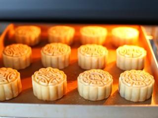 广式蛋黄莲蓉月饼,烤箱提前上下火185度预热,将月饼放入中层烤7分钟左右