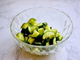 凉拌黄瓜,黄瓜洗净,先用刀拍一下,然后再切小块。