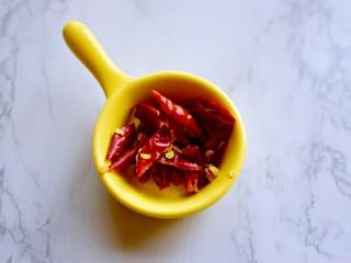 凉拌黄瓜,干辣椒切小段
