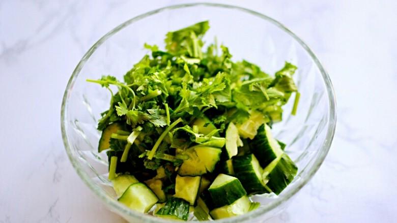 凉拌黄瓜,将香菜段加入到黄瓜里。