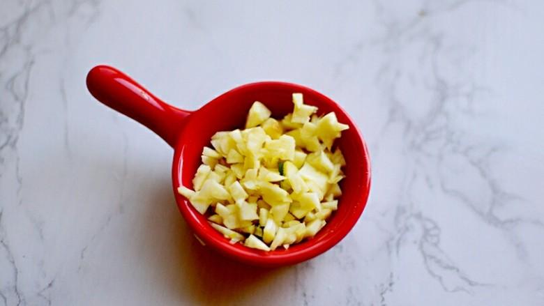 凉拌黄瓜,蒜切末