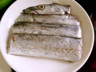 超级鲜美清蒸带鱼(0厨艺),切成10厘米的段,用盐将鱼身抹上少许盐,腌制一会儿备用。